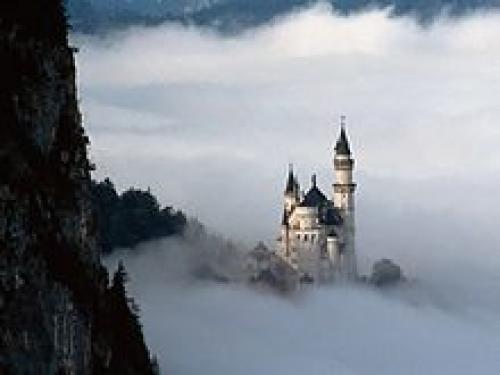 Замок Нойшванштайн в Германии в Баварии близ города Фюссен. Нойшванштайн