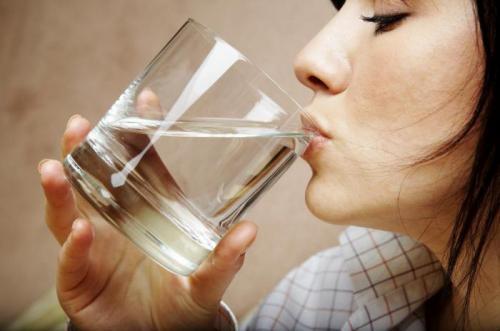 Можно ли давать ребенку воду во время еды. Вода во время еды: пить или не пить?