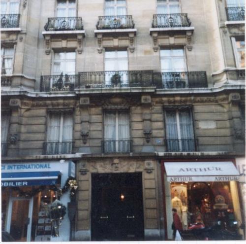 Виктор Гюго. Свои последние годы писатель Виктор Гюго жил в особняке на парижской улице, которую ещё при его жизни назвали авеню Виктора Гюго.
