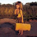 Девочка типпи и африканские дикие животные.