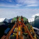 """Российское научно-исследовательское судно """"Академик Трешников"""" закрепилось у края ледника мерц в Антарктиде."""