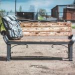 """Двухместная тематическая скамейка со скульптурой """"Рюкзак""""."""