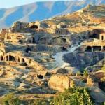 Уплисцихе.  Грузия.  Древний пещерный город уплисцихе находится в 10 километрах от гори и высечен в скалах на берегу реки куры.