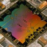 Компания IBM общедоступным квантовый процессор через сервис IBM Cloud делает.