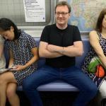 Социологи нашли оправдание широко раздвинутым ногам в общественном транспорте.