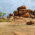 Дьявольские камни карлу - карлу в Австралии.