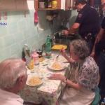 Милейшая история из Италии: полицейские пришли на крики и слёзы, а обнаружили пожилую пару, которая плакала, смотря новости по телевизору.