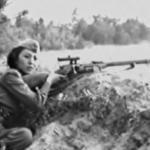 Алия молдагулова пришла на фронт 18-летней девчонкой, за плечами - наградная винтовка от цк Влксм за отличную стрельбу.