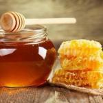 Почему нужно употреблять мед, смешав его с холодной водой?