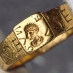 В 1785 году это золотое кольцо было найдено крестьянином, пахавшим землю.