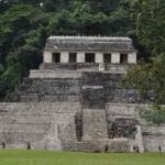 Храм надписей.  Он стоит на гигантской пирамиде, тыльная сторона которой опирается на крутой склон высокой горы.