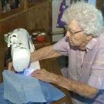 Эта 99-летняя бабушка каждый день платья для нуждающихся детей шьет.