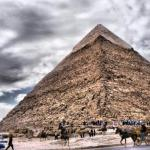 Учёные в лабиринте под египетскими пирамидами машину времени нашли.